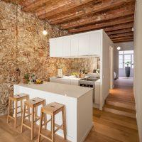 Mur de pierre dans une longue cuisine