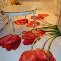 Tulipes rouges sur le sol de la cuisine