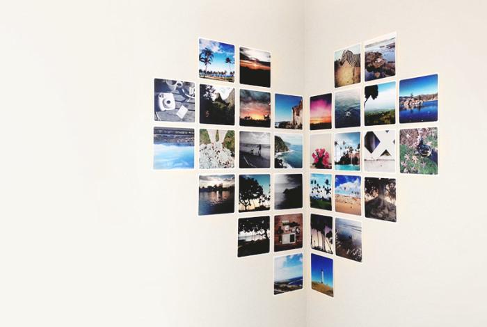 Leņķa veidošana starp līdzenām sienām ar spilgtiem fotoattēliem