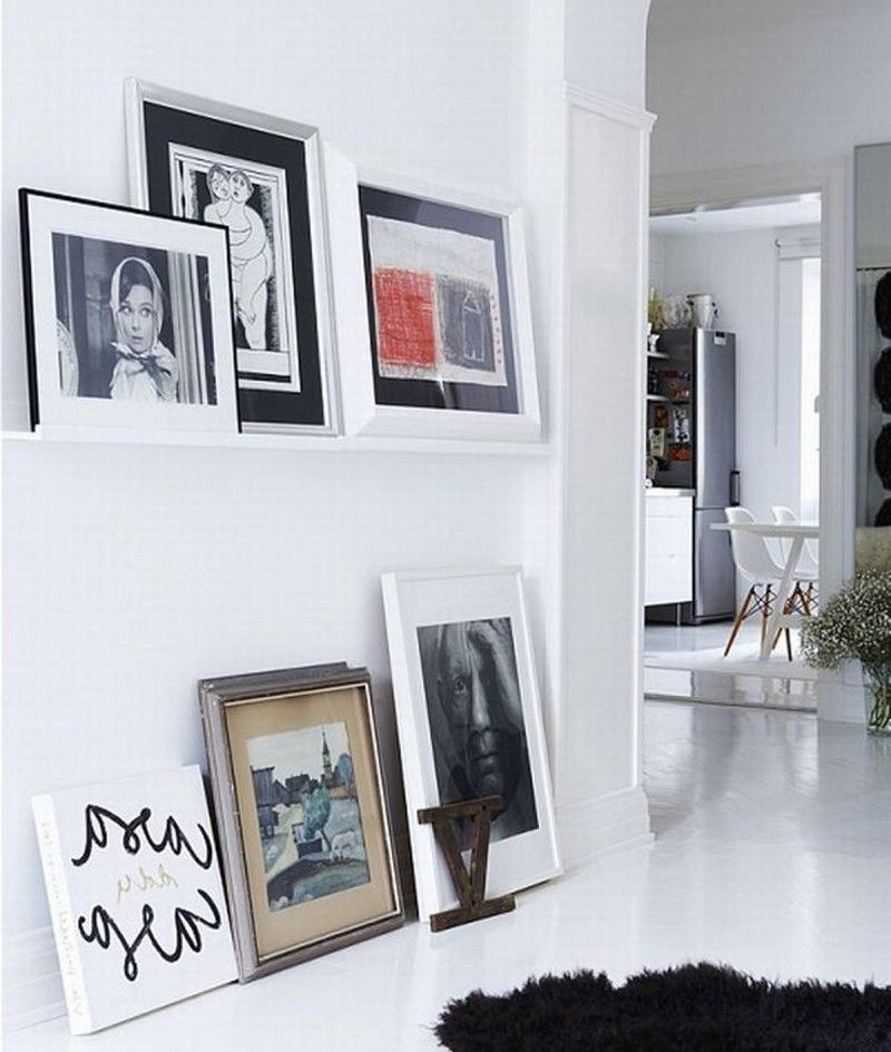 Ierāmēti fotoattēli uz viesistabas grīdas