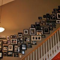 Kāpnes ar fotogrāfijām privātmājā