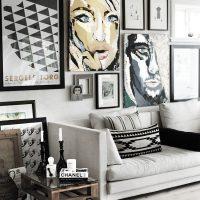 Sienas dekors virs dīvāna ar plakātiem un fotogrāfijām
