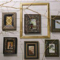 Fotoattēli vintage rāmjos uz zāles sienas