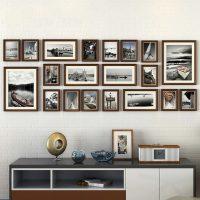 Fotoattēlu kolekcija uz viesistabas sienas