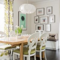 Ēdināšanas grupa ar baltiem krēsliem