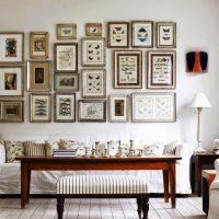 viesistabas interjers ar dīvānu pret sienu