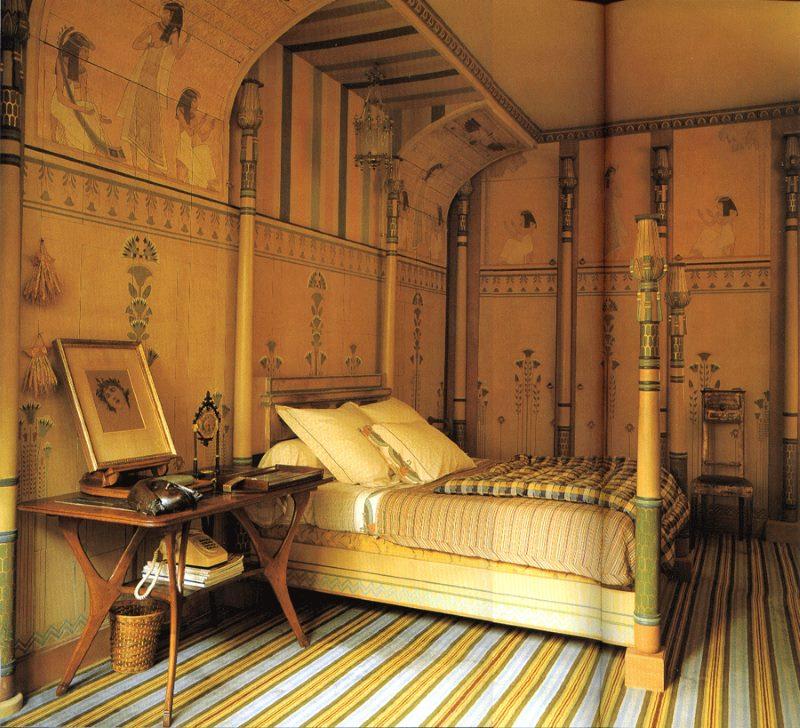 Ēģiptes svītrains paklājs uz guļamistabas grīdas.