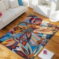 Ziedu paklājs ar ziedu rotājumiem