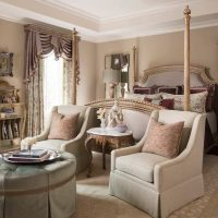 Gaiši smilškrāsas paklājs klasiskajā guļamistabā