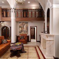 Dzīvojamās istabas dekors košās krāsās.