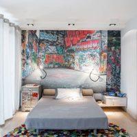 Pašdarināts paklājs jauna vīrieša guļamistabā