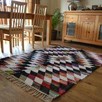 Fringed paklājs uz ēdamistabas grīdas