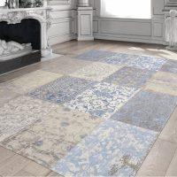Paklāja paklājs uz viesistabas grīdas