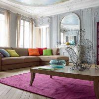 Stūra dīvāns viesistabas interjerā