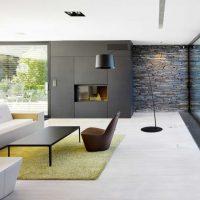 Minimālisma viesistabas zaļais paklājs