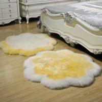 Divi mākslīgās kažokādas paklāji