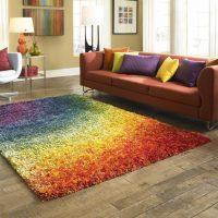 Visas varavīksnes krāsas uz viena paklāja