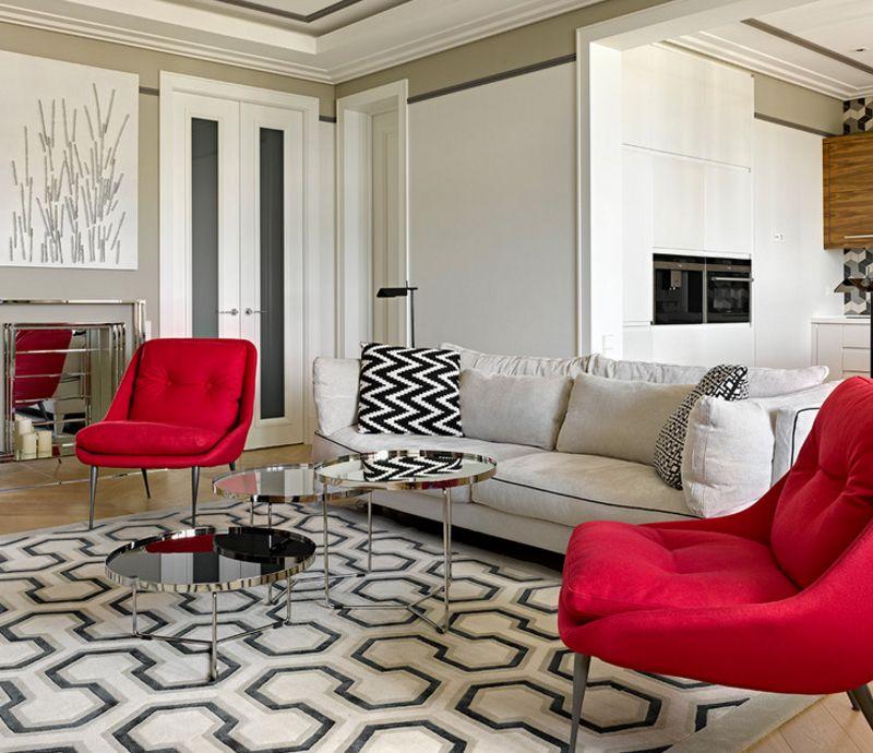 Divi sarkani krēsli uz paklāja ar ģeometrisku rakstu