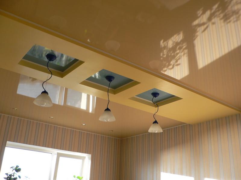 Plafond à plusieurs niveaux dans la cuisine d'un appartement moderne