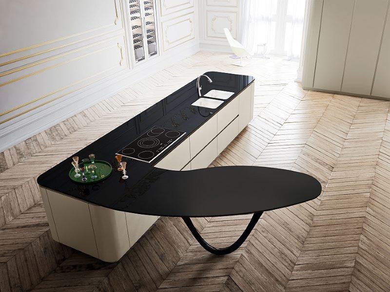 Îlot de cuisine à surface noire de forme irrégulière
