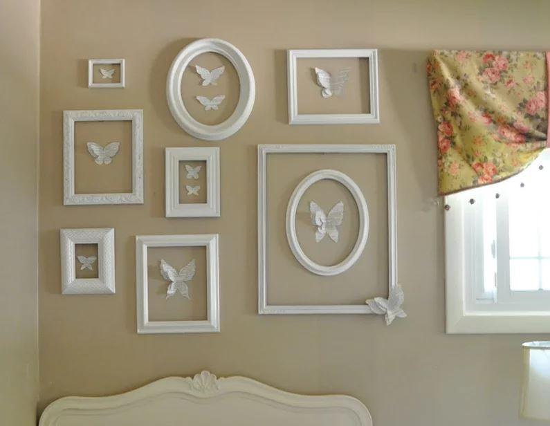 Décoration du mur au-dessus de la tête du lit avec des peintures avec des papillons