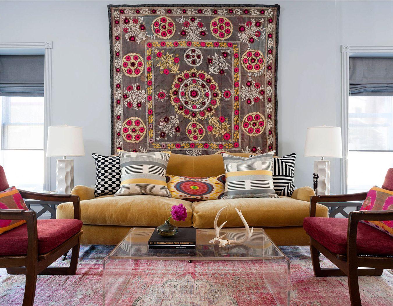 Sienas paklājs viesistabas interjerā