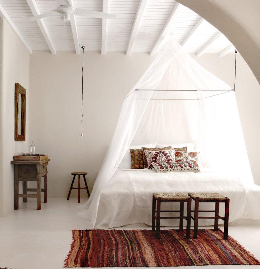 Gaišas guļamistabas interjers grieķu stilā
