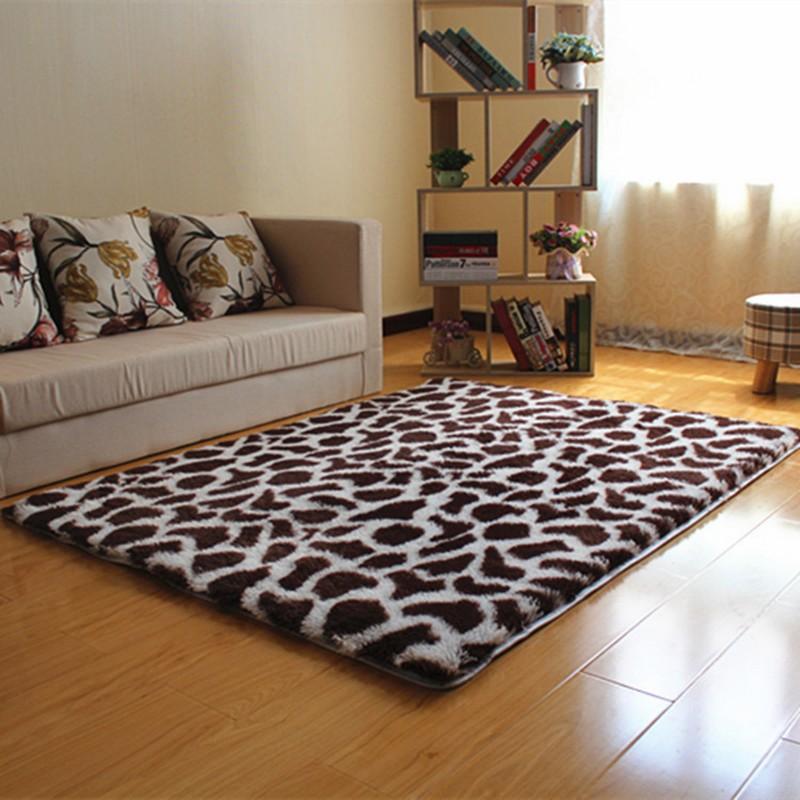 Biezs plankumains paklājs uz lamināta grīdas