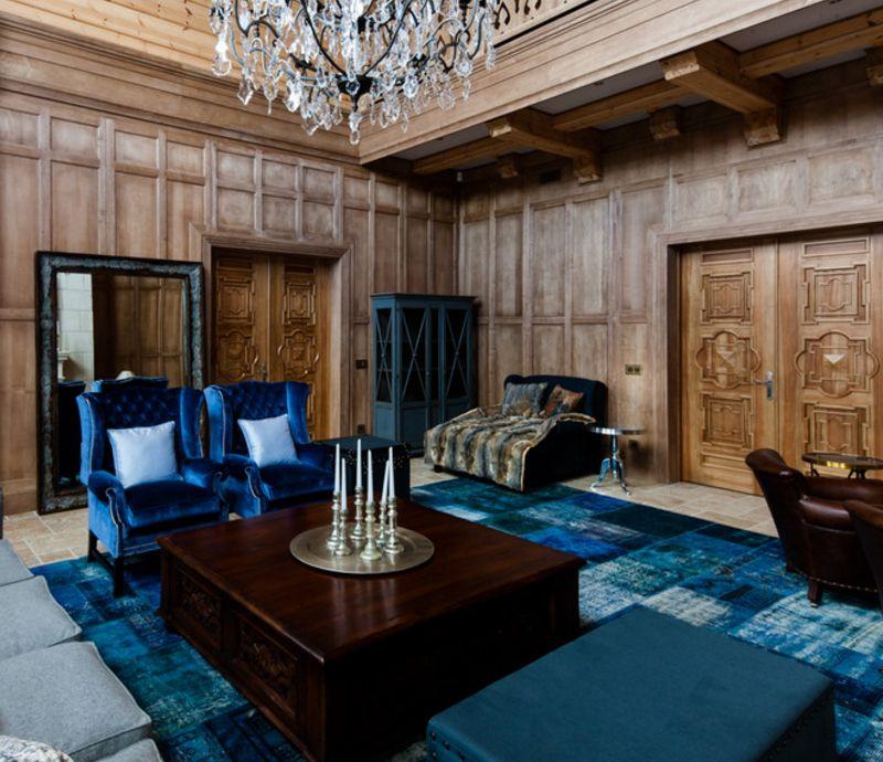 Zils un melns paklājs uz viesistabas grīdas