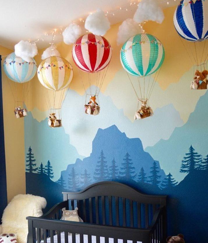 Ballons décorant la chambre pour un nouveau-né