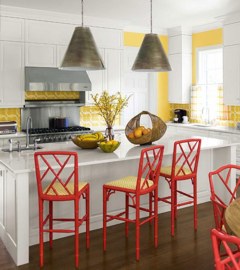Tabourets de bar rouges dans la conception de la cuisine