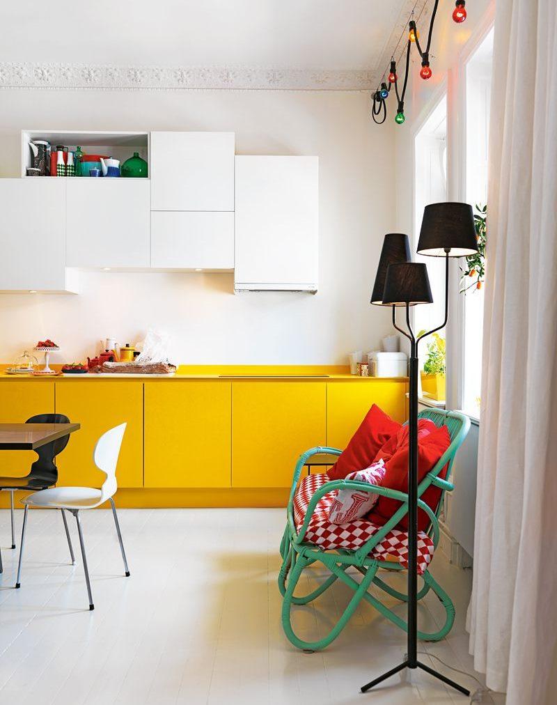 Armoires de cuisine jaunes contre un mur blanc