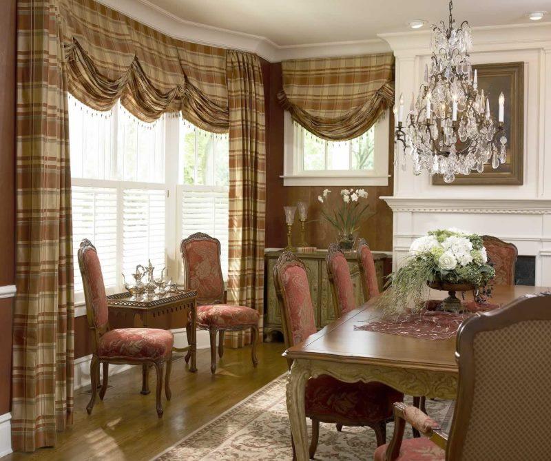 Rideaux bruns de style autrichien dans la conception du salon