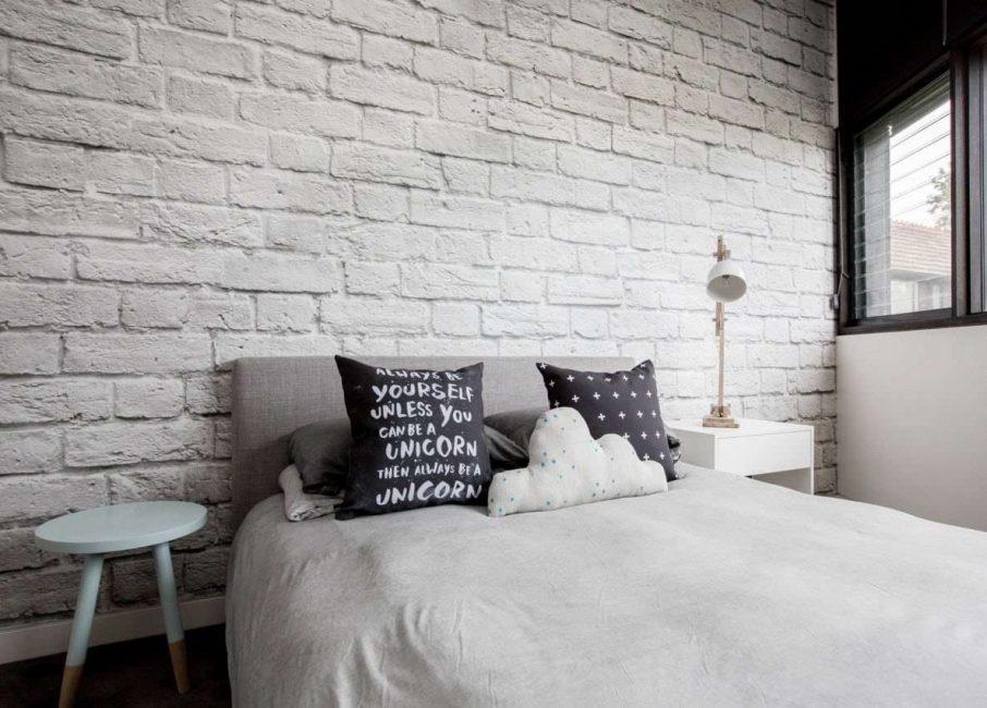 Hófehér téglafal egy magánház hálószobájában
