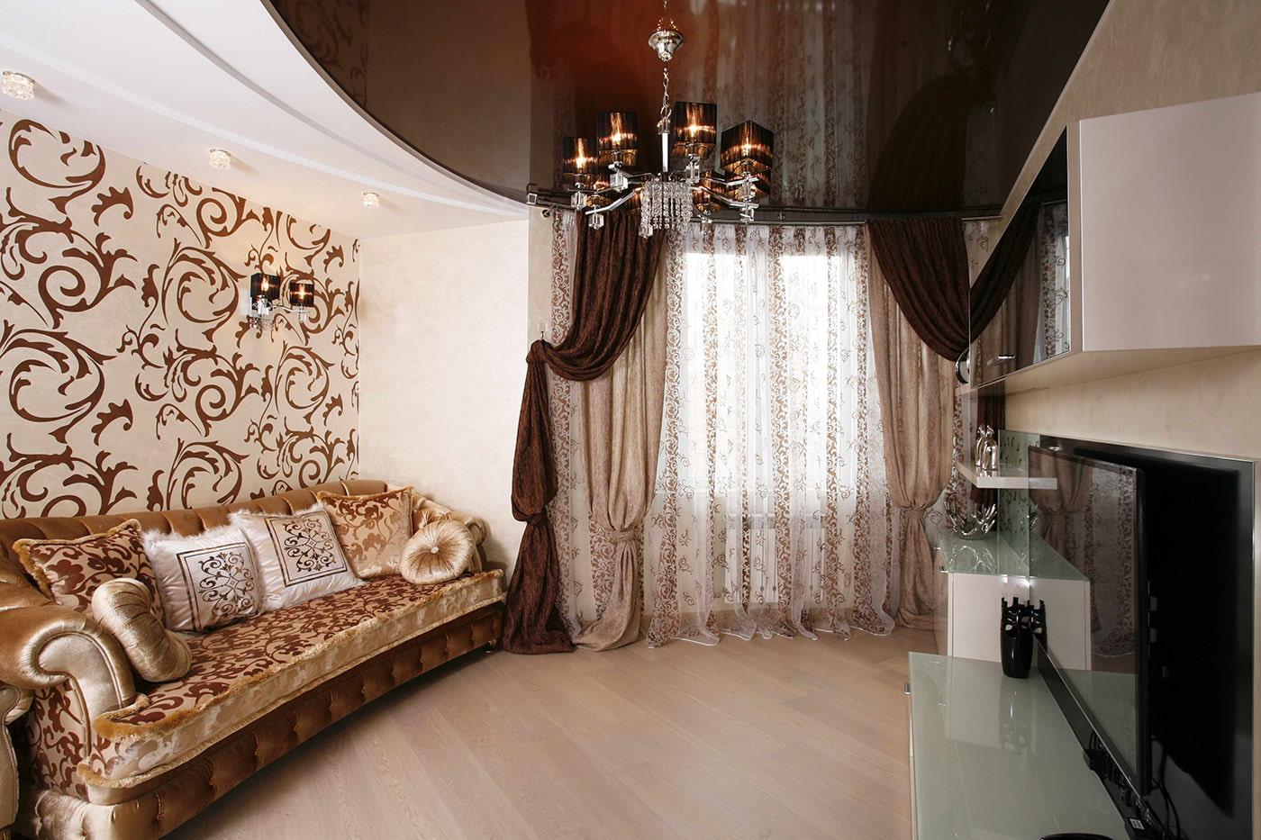 Plafond marron à l'intérieur du salon