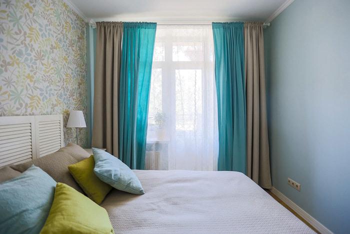 Chambre avec rideaux combinés à la fenêtre