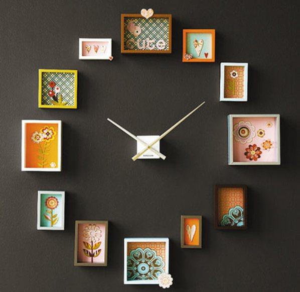 Interjera pulkstenis uz tumšas sienas