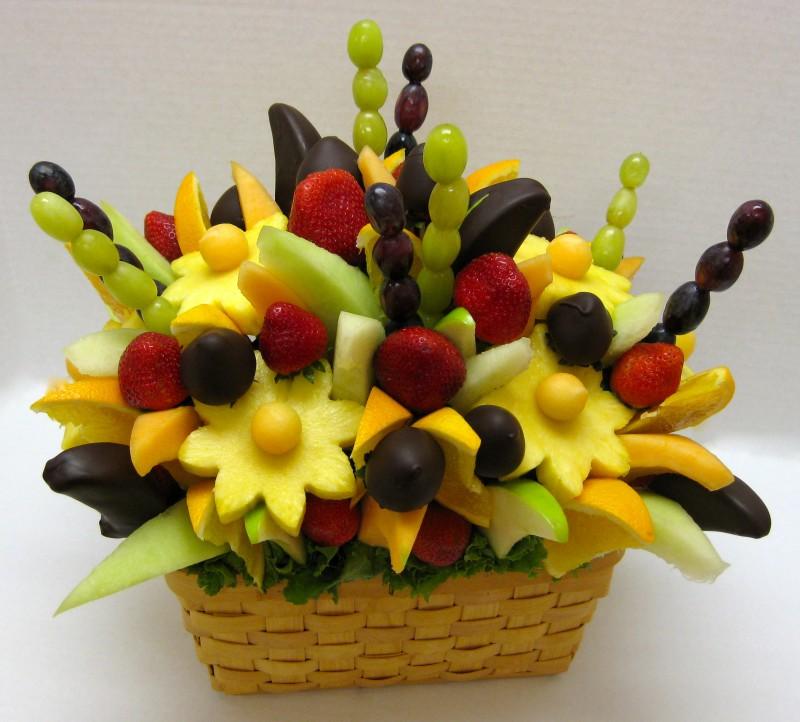 Bouquet DIY de fruits dans un panier en osier