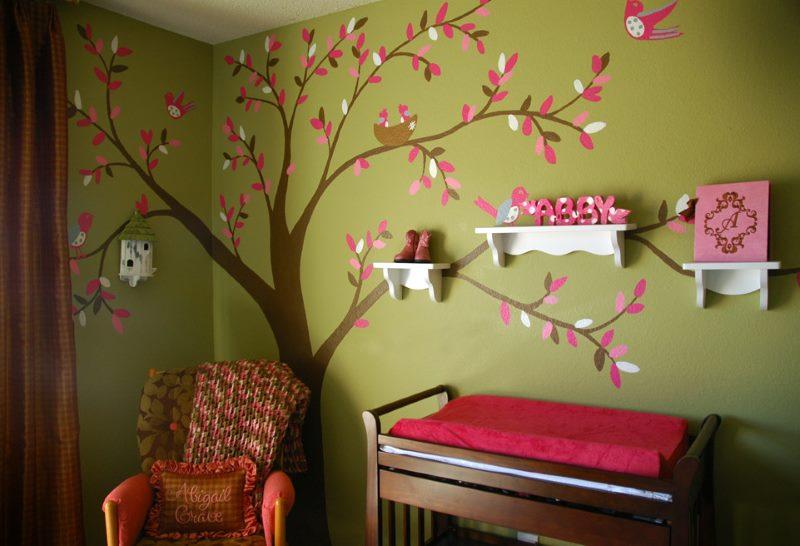Papīra koks uz bērnistabas sienas