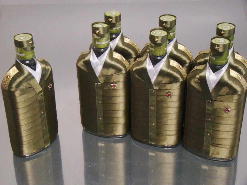 Konjaka pudeles satīna lentēs