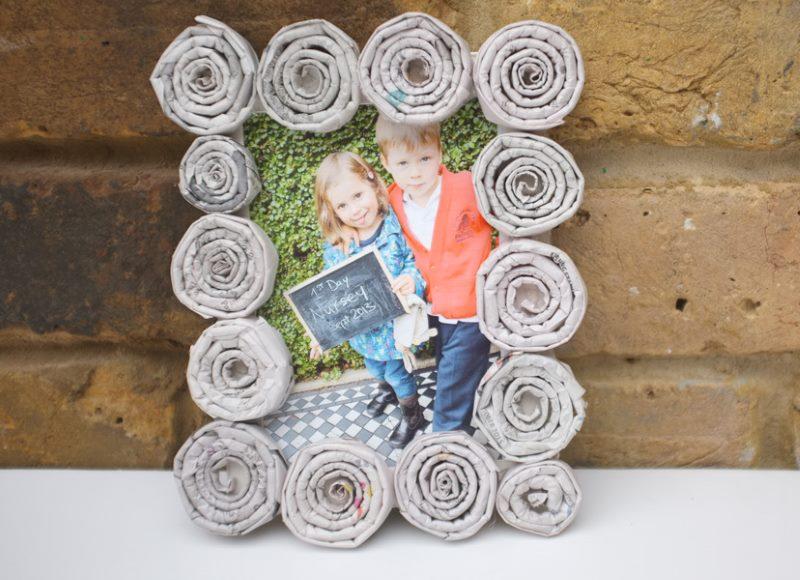 Dekorēšanas foto rāmji ar caurulēm no veciem laikrakstiem