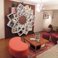 Sienu dekors ar oriģināliem grāmatu plauktiem