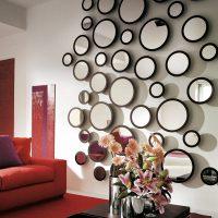 Sienu dekors ar apaļiem spoguļiem