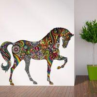 Zīmēts zirgs uz istabas sienas