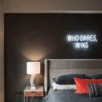 Neona zīme guļamistabas interjerā