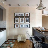 Fotoattēli melnos rāmjos uz smilškrāsas sienas