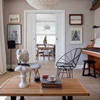 Dzīvojamās istabas rotājums ar ģipša figūriņu