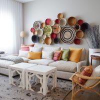 Dekoratīvas plāksnes virs viesistabas dīvāna