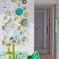 Krāsainas plāksnes uz baltas sienas