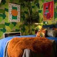 Košas gleznas uz guļamistabas kociņa sienas